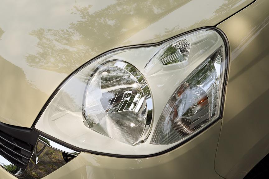 ヘッドライト上部には車幅をつかみやすくするためのマーカー。ウインカーはベーシックモデルはオレンジ、パステルとディーバはクリアタイプ