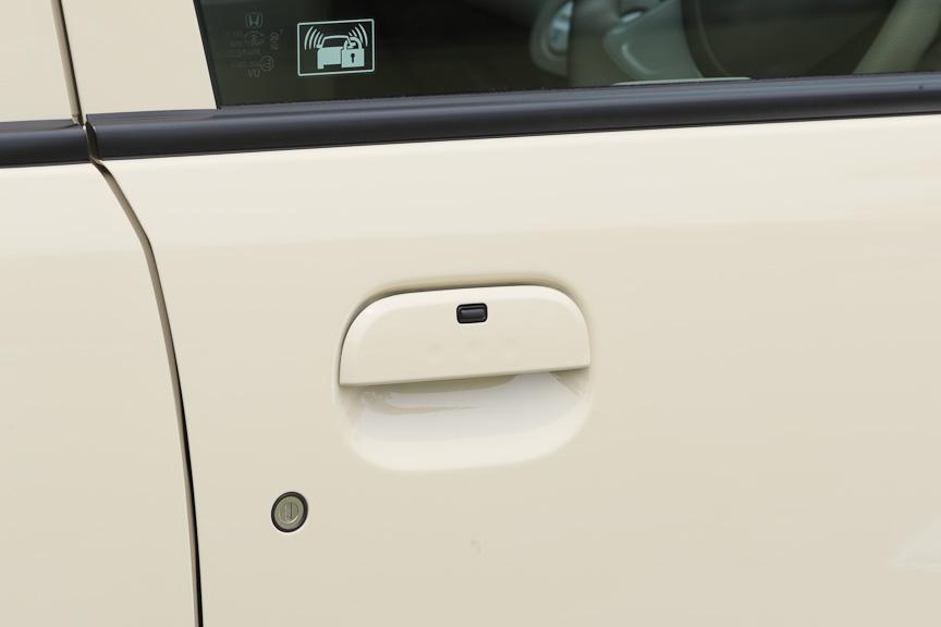 パステルとディーバにはスマートキーシステムを採用。マスターキーを持っていれば、ノブのボタンを押すだけでカギの開け閉めができる