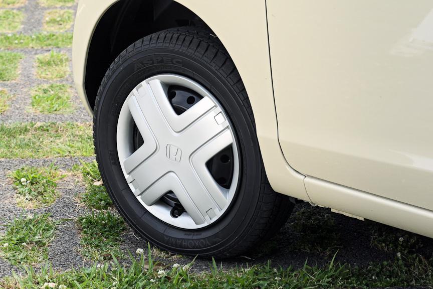 タイヤは155/65 R13でホイールキャップ仕様。ブレーキはフロントのみディスクで、4WD仕様はスタビライザー付き