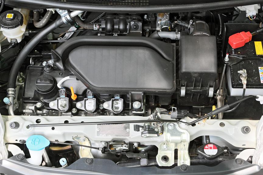 直列3気筒i-DSIエンジンを横置き。i-DSIは2点位相差点火制御のことで、手前に見えるポイントのほか、この反対側にも同様にポイントがある。これにより加速と低燃費を両立。出力は52PS/6.1kgm、10・15モード燃費は21.0km/L