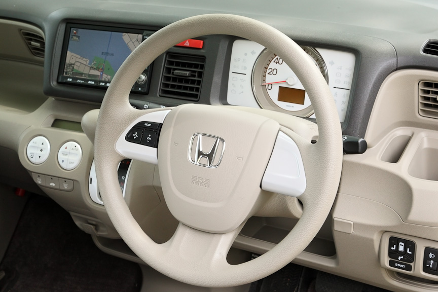 世界初の運転席用i-SRSエアバッグシステムを採用したステアリング。これは連続してエアバッグ容量を変化させることで、乗員の保護と衝撃の吸収を実現するシステム