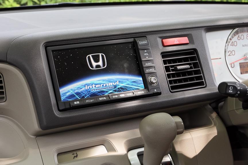 オーディオはバックモニター付のAM/FMチューナー付CDプレーヤーが標準で、撮影車に装着されているHDDインターナビシステムはメーカーオプション。バックカメラは標準で装着されるが、ステアリングのリモートコントロールシステムとアンテナはナビシステム装着車のみの装備