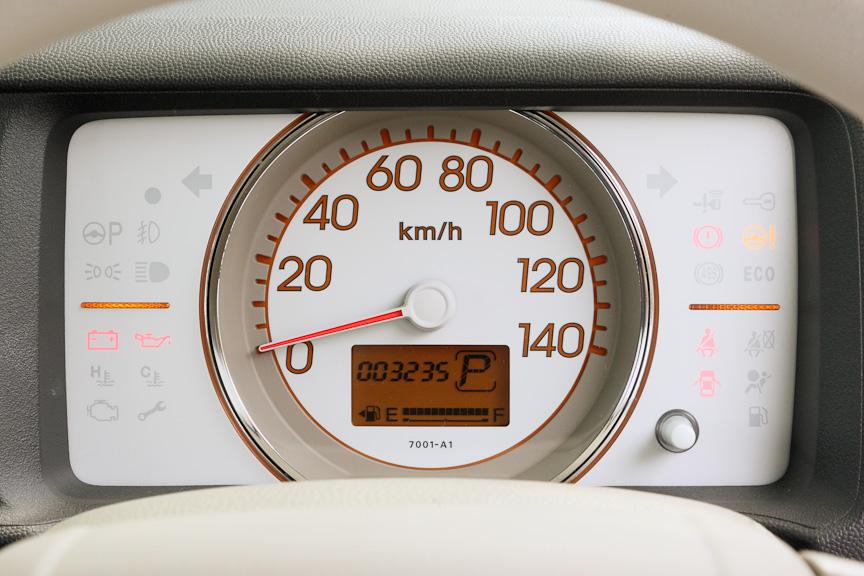大型のスピードメーターを中心に据えたメーター。スピードメーター左右中心部のインジケーターはエコランプで、運転状況によってグリーン~オレンジ~レッドと変化