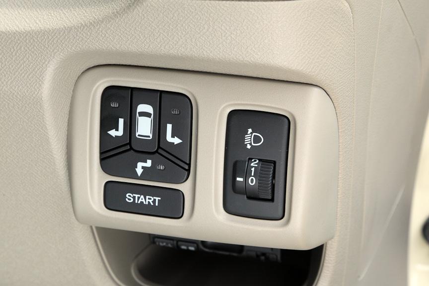 ステアリングコラム右側に用意されるパネルは、手動式のヘッドライトのレベリング機能と、スマートパーキングアシストシステムの操作部。スマートパーキングアシストシステムの作動は下の動画を参照いただきたいが、右バック駐車の場合、バックする方向のスイッチ(写真左)を押してから、駐車したい枠の手前の白線に右ドアのインジケーター(写真右)をあわせて停車し、スタートボタン(写真左)を押せば、あとは周囲に注意しながら、音声の指示に従ってアクセルとブレーキ、シフトレバーを操作すればよい