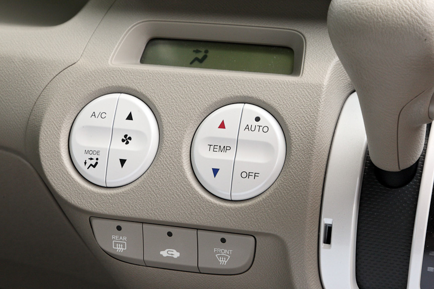 シフトレバー左側にはエアコンの丸形スイッチと表示部。フルオートエアコンのため温度設定はラクラク。杉花粉などをほとんどシャットアウト可能な高性能脱臭フィルターも標準装備