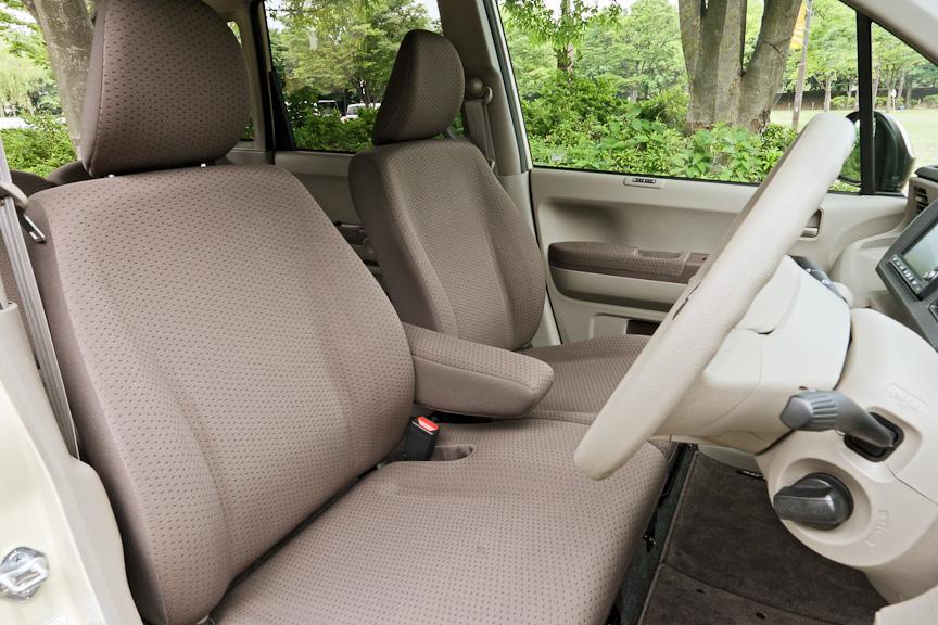 フロントシートは座面が左右一体のベンチタイプ。背もたれは左右で独立しており、その間にはアームレストも。ヘッドクリアランスはかなり広く、男性が座っても頭上に握り拳ひとつ分ぐらいの余裕がある。ハイトアジャスターとチルトステアリングを装備するため、ポジションの微調整もしやすい