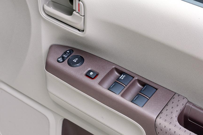 運転席側アームレストにはパワーウインドウのスイッチと、ドアミラーのコントローラー