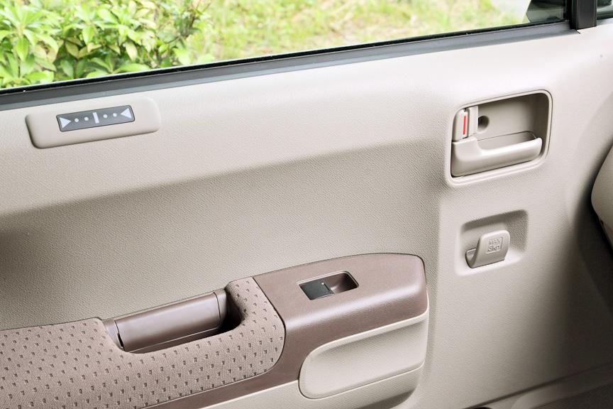 助手席ドアのドアハンドル下には紙袋などを下げられるフックを用意。アームレスト下にはドアポケットも