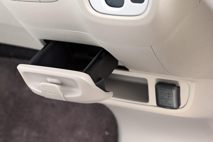 インパネ中央下部にあるセンターポケット。フタの部分には袋などを下げておくのに便利なフックを用意。その下部には小型のポケットとDC12Vのアクセサリーソケットを装備する