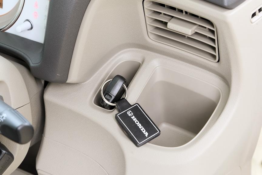運転席側にもエアコンの吹き出し口前方にドリンクホルダーを用意。その横にはカギなどを入れておくのに便利なポケットも