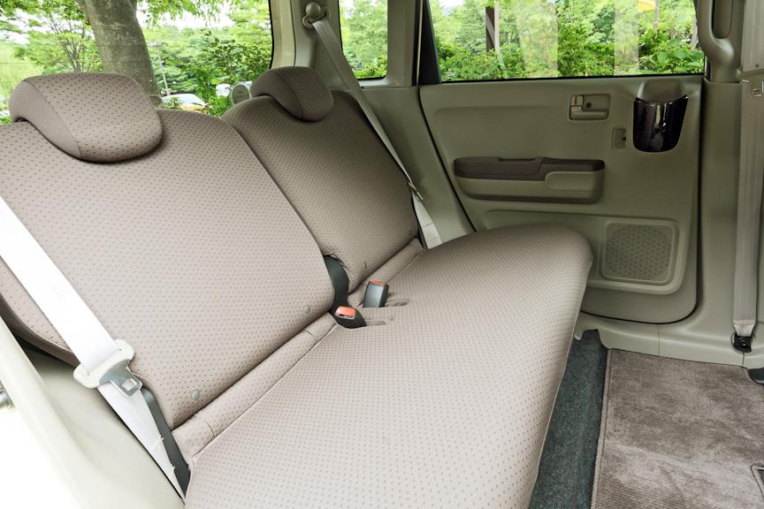 ベンチタイプでフラットなリアシートは左右別々にリクライニングが可能。足もとはかなり広く、成人男性が運転席に座った場合でも、十分な余裕がある