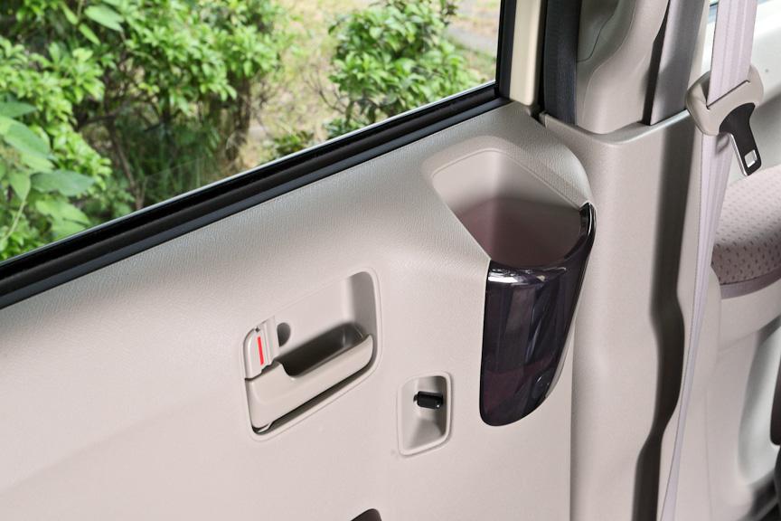 リアシート用のドリンクホルダーをドアの上部に用意。見た目より浅くホールド性もよくないため、250ml缶のドリンクを入れておくのはちょっと不安