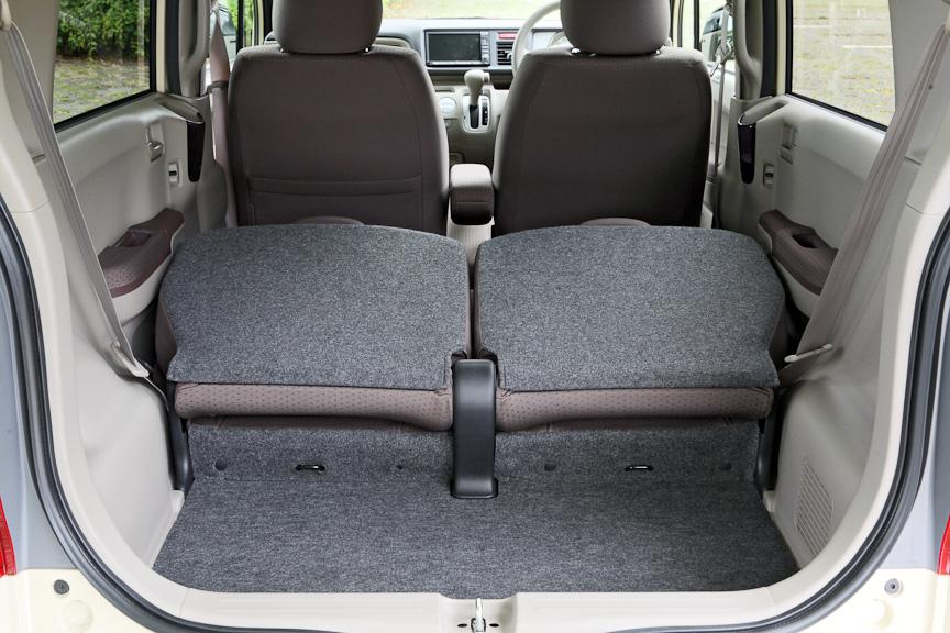 フル乗車時でも大きめのバックが余裕で置ける荷室を確保。リアシートは5:5の分割可倒式で、背もたれを倒したときもフラットにはならない