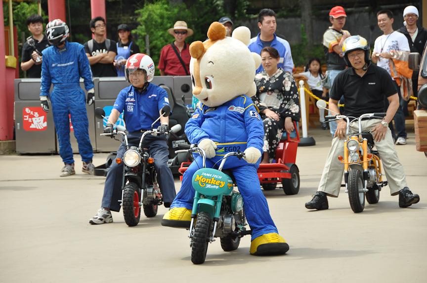 多摩テックを運営するモビリティランドのキャラクター「コチラ」の先導によってパレードはスタート