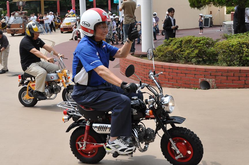 高橋氏とモンキーの40周年記念車。高橋氏のヘルメットデザインはとても有名で、このデザインをベースにしたヘルメットを使うレーサーも存在したほど