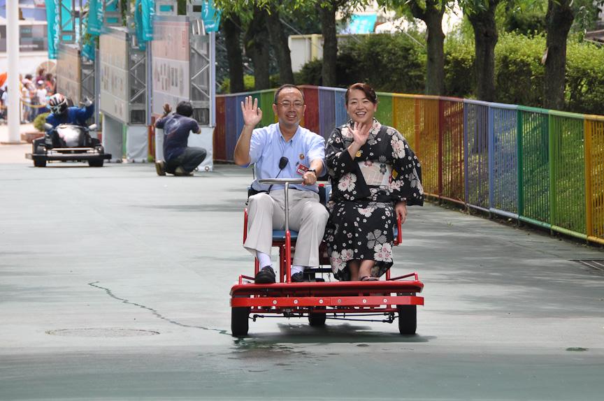 多摩テックでかつて用いられていた乗り物「走る椅子」。運転席には多摩テックの園長が乗り、助手席には多摩テック園内にある天然温泉クア・ガーデンの女将さんが乗ってパレード