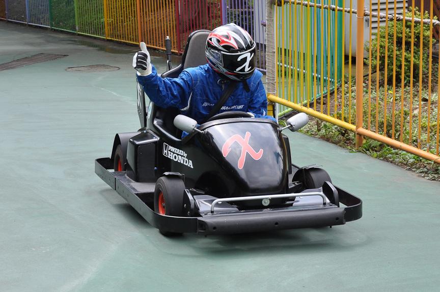 多摩テックのゴーカート「フォーミュラX」に乗るのは謎のレーサー「X」