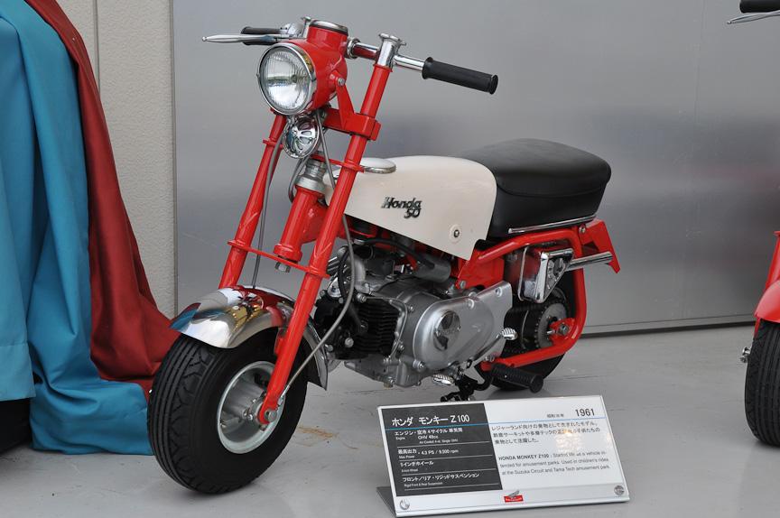 イベントステージ飾られていた初代モンキー Z100(1961年)。多摩テックなどの遊園地で用いられた乗り物で、フロントにもリアにもサスペンションはない。エンジンはOHV単気筒の49cc
