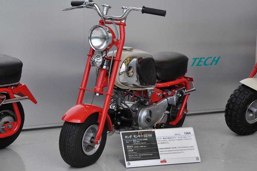 モンキー CZ100(1964年)。主に海外へ向けて販売された、モンキー初の販売モデル。エンジンはスーパーカブC100から、タンクとシートはスポーツカブC111から流用とのこと