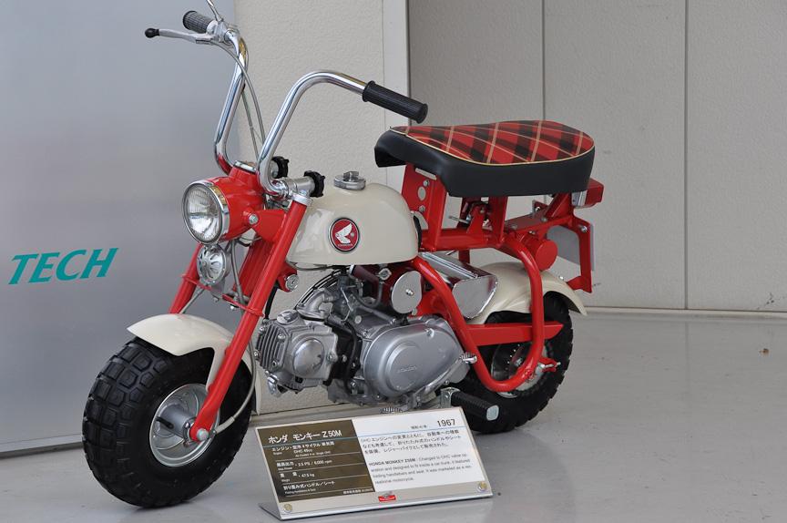 モンキー Z50M(1967年)。こちらは初の国内市販モデル。エンジンがOHCに変更され、モンキーの特徴ともなっている折りたたみ式ハンドルが装備された