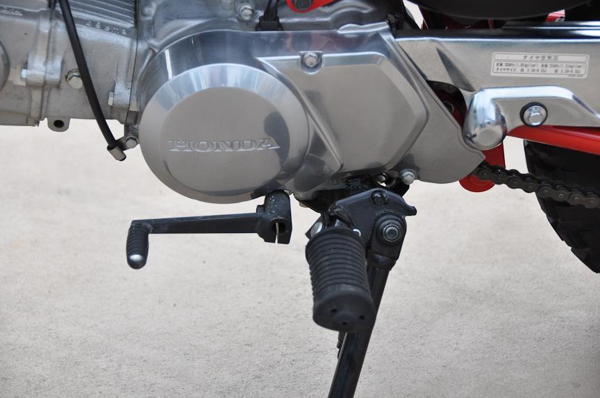 この時代のモンキーは、一般的なオートバイと同じく、湿式多板クラッチとリターン式のトランスミッションを持つ。ギアは4速になり、1速→N→2速→3速→4速と変速していく