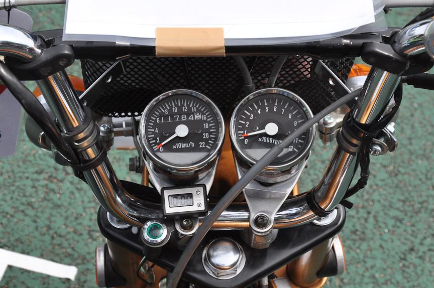 スピードメーター(左)も220km/h仕様。ハンドル基部から変更されているのが分かる