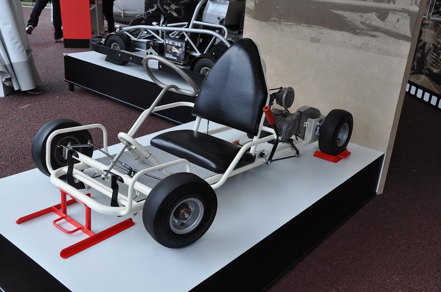 こちらは復刻版のゴーカート。シンプルな作りの乗り物だ