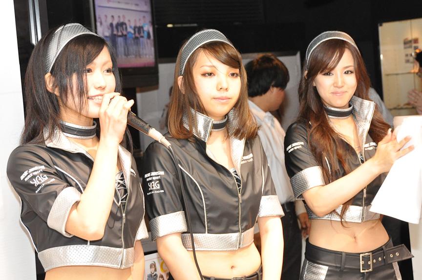 KYOSHOメーカーズ岡部自動車のレースクィーンはミニッツガール。右が鈴木ゆかさんで、左の工藤有紀さんと真ん中の神田沙織さんは、当日発表された新メンバー