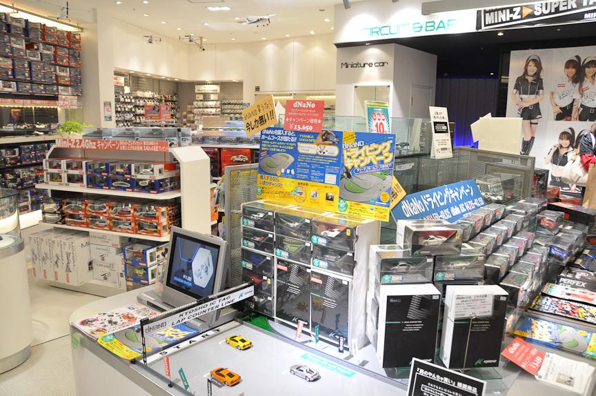 KYOSHO AKIHABARAの店内。ミニッツや各種のミニカーなど京商製品を購入できる