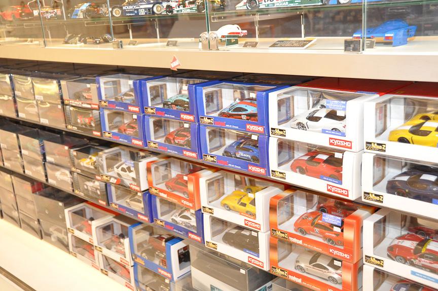 店内に並ぶ、多数のミニッツ。SUPER GTマシンなども各種ラインアップ