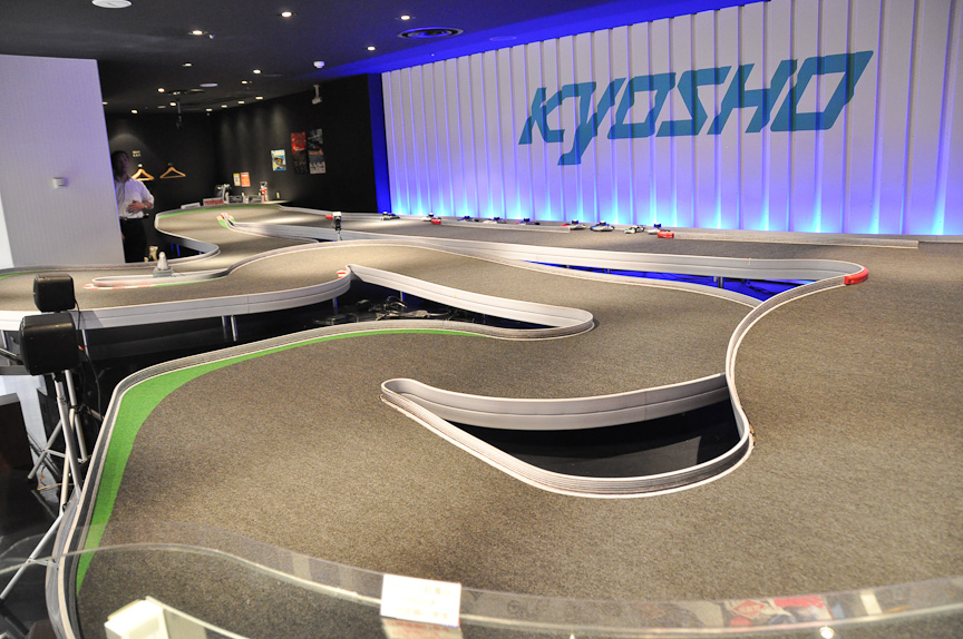 KYOSHO AKIHABARAのミニッツサーキット。どことなく、富士スピードウェイを逆にしたようなレイアウト。奥のストレートから手間に向けて走る時計回りのコース
