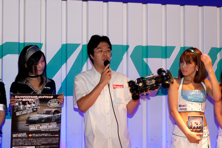 京商のスタッフは、8月2日に富士スピードウェイで開催されるKYOSHO TROPHY 2009 in SUPER TECを紹介。手に持っているのは、その際に使用するラジコンカー