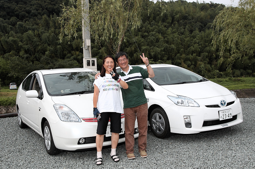 1000マイル達成時のドライバーは唯一の女性ドライバーであるポプリさん(写真左)