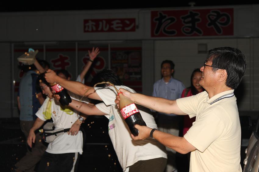"""チャレンジ続行中のため、シャンパンではなく""""コカコーラ・ファイト""""で記録更新を祝う参加ドライバーたち"""