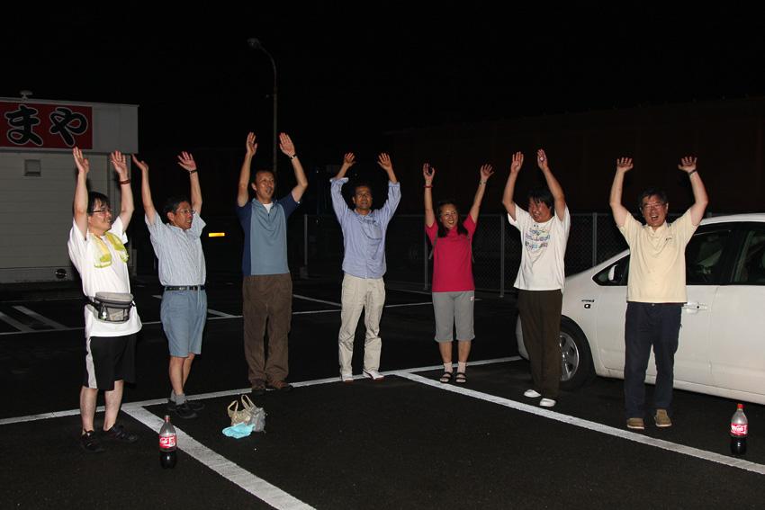 記録更新地点にて。チームオーガナイザーを務めた宮野氏(写真右端)と参加ドライバー6人