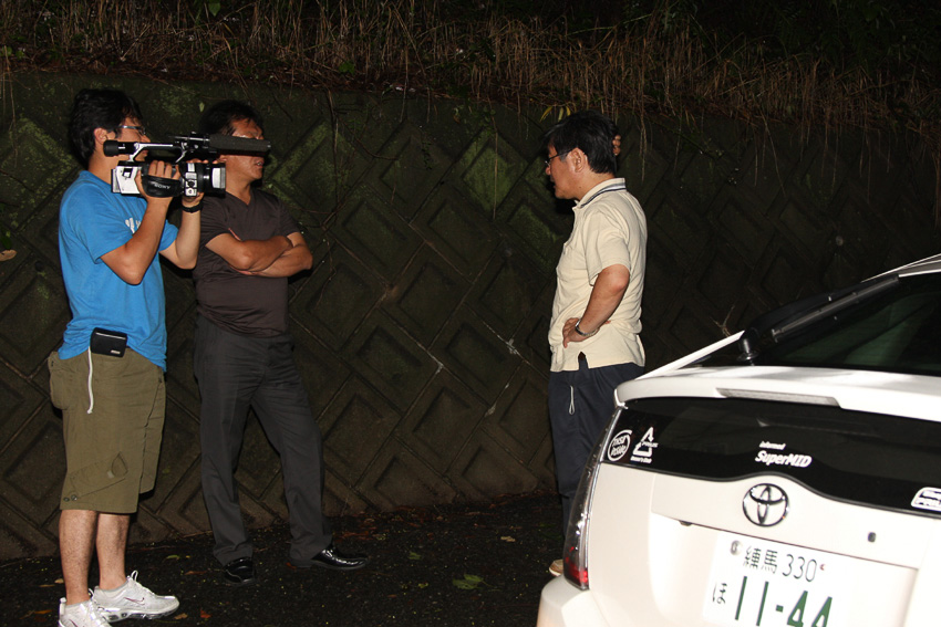 鹿児島と熊本の県境付近で、20型プリウスがストップ。記録更新についてMBCのインタビューを受ける宮野氏