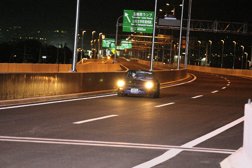 開通前の高速道路で湾岸ミッドナイト THE MOVIEの撮影は行われた。中村氏が普通運転免許を持っていなかったということは、このZに乗っているのは……?
