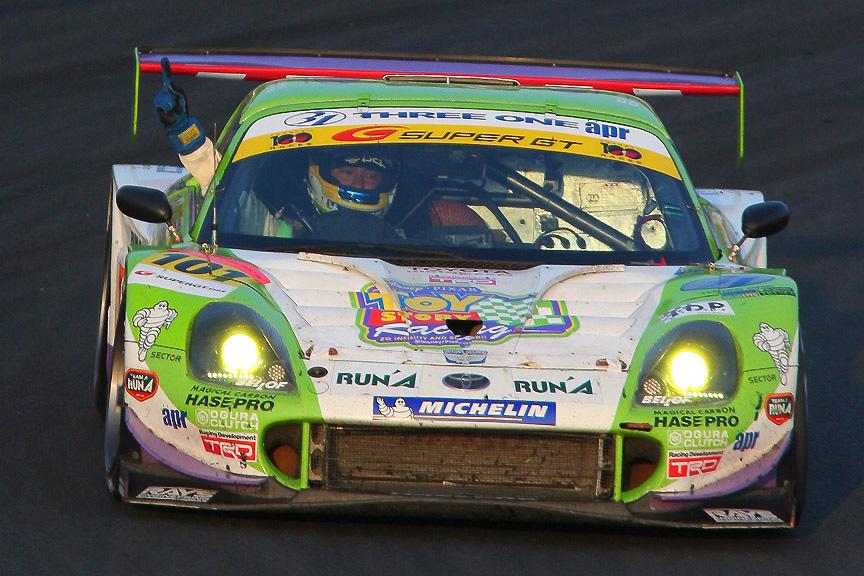 2007年、GT300で年間チャンピオンを取りウイニングラップを走る石浦選手