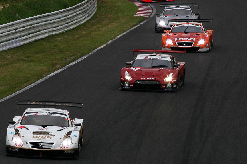 1周目のヘアピン進入。35号車 KRAFT SC430、3号車 HASEMI TOMICA EBBRO GT-R、6号車 ENEOS SC430、38号車 ZENT CERUMO SC430と続く