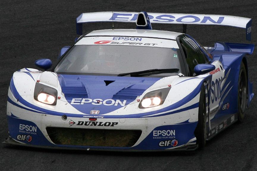 フロントラジエターに芝を詰まらせ走行する32号車 EPSON NSX。オーバーヒートでリタイヤとなる