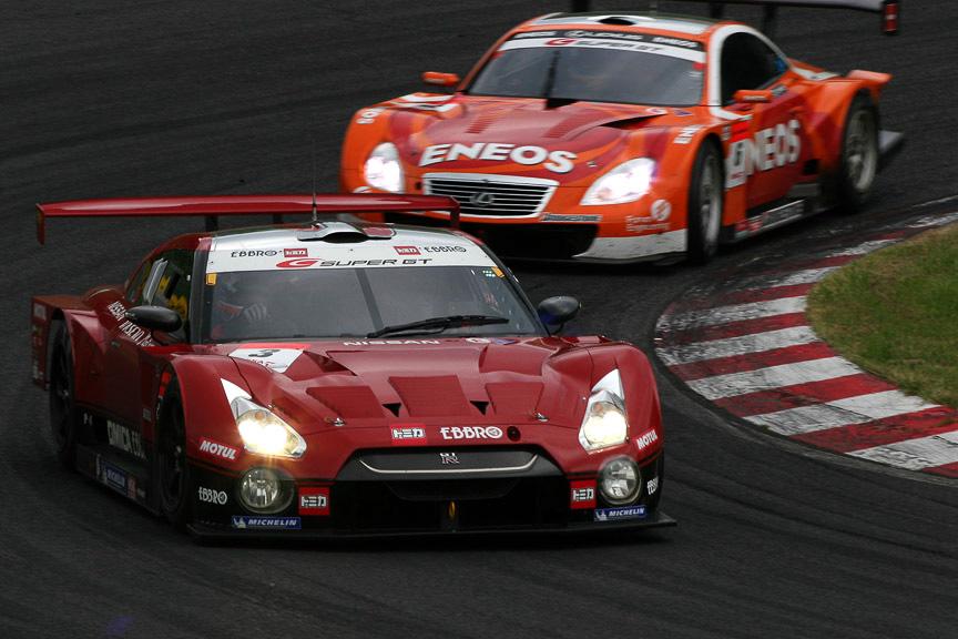 2位争いは3号車 HASEMI TOMICA EBBRO GT-Rが6号車 ENEOS SC430をおさえ50周を越えた
