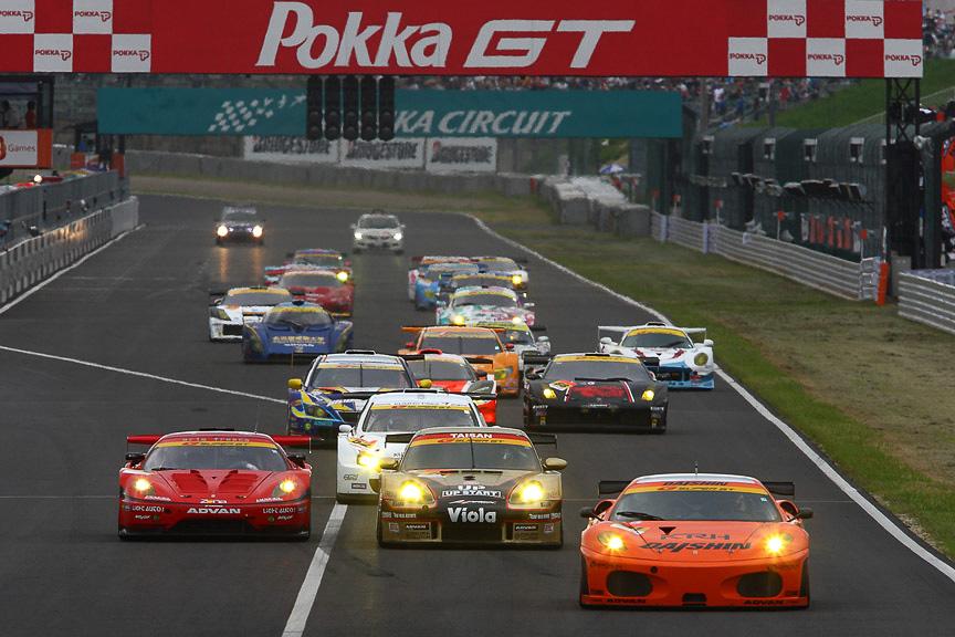 GT300はフェラーリ、ポルシェの争いでスタートした
