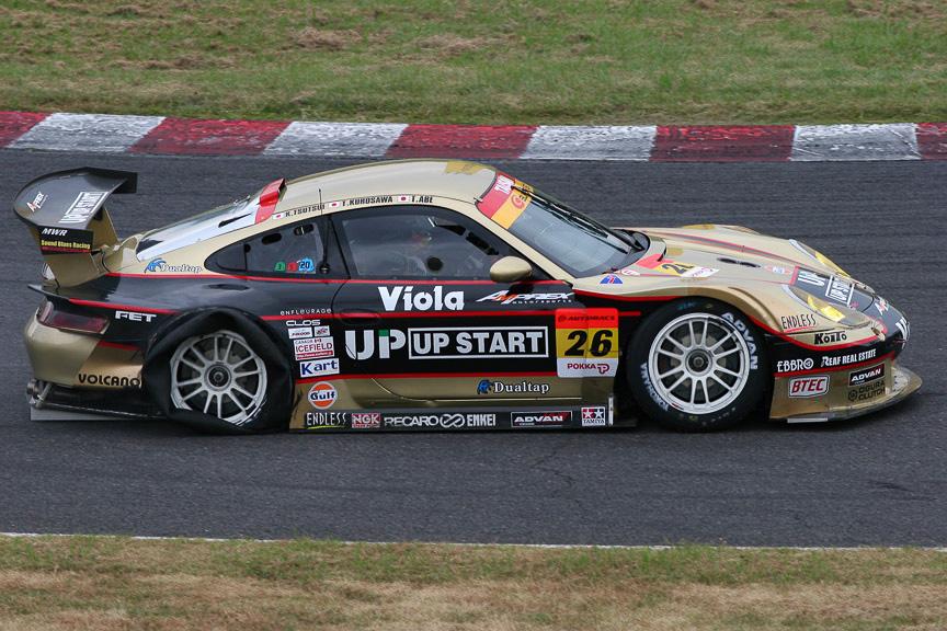 5周目に右リアタイヤのバーストでスロー走行する26号車 UP START タイサンポルシェ