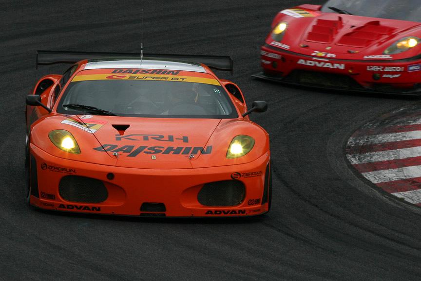 トップ争いをする81号車 ダイシン アドバン Ferrari