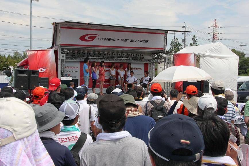大勢のファンのなか開催されたドライバートークショー
