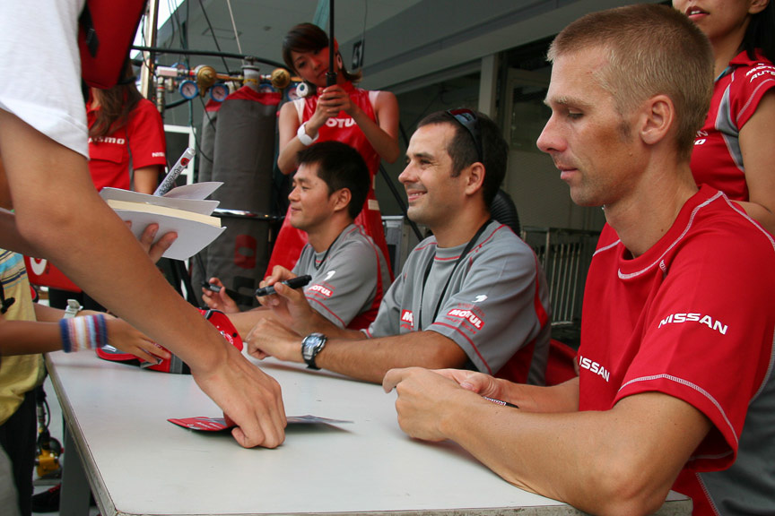 6号車 ENEOS SC430の伊藤大輔選手とビヨン・ビルドハイム選手