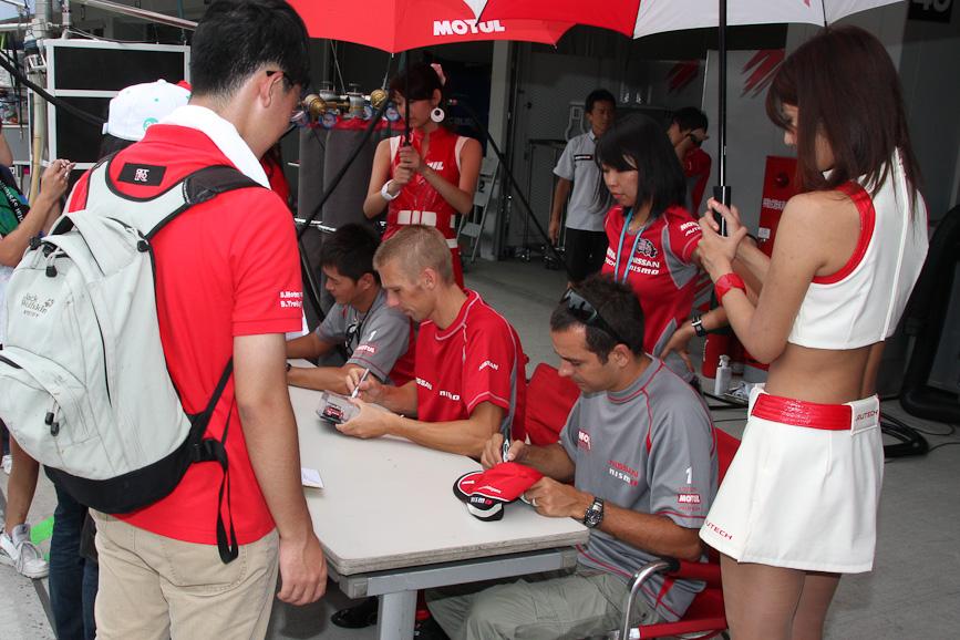 1号車 MOTUL AUTECH GT-Rの本山哲選手、ミハエル・クルム選手、ブノワ・トレルイエ選手