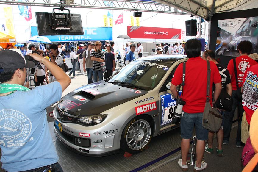 スバルブースにはニュルブルクリンク24時間レースを走ったインプレッサと新型レガシィを展示