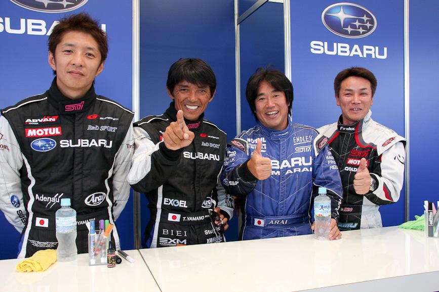 山野選手、密山選手に加え、WRCの新井敏弘選手やニュル24時間レースに出走した吉田寿博選手も応援に駆けつけ、サイン会も開催された