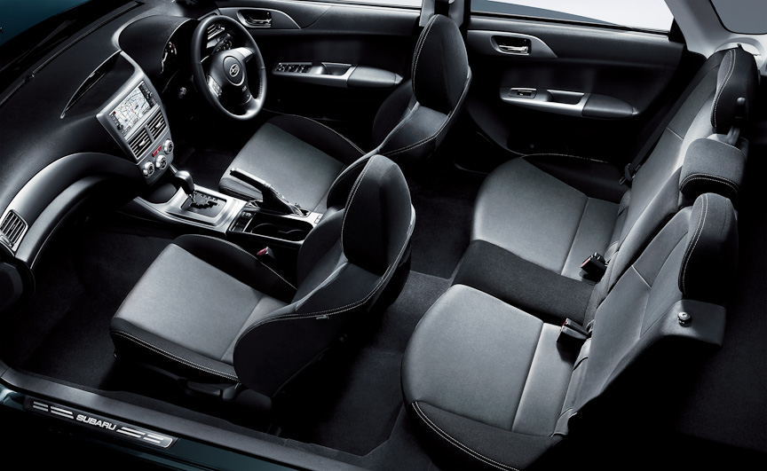1.5i-Sのシート表皮もメイン部にアルカンターラが使われる。そのほかホワイトルミネセントメーターなどを採用する